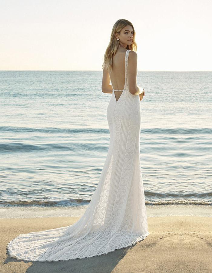 9e4c7dde3cc5 Se sceglierai un abito lungo ti consigliamo di indossare una sottoveste  al  mare sono frequenti le improvvise folate di vento che potrebbero far alzare  il ...